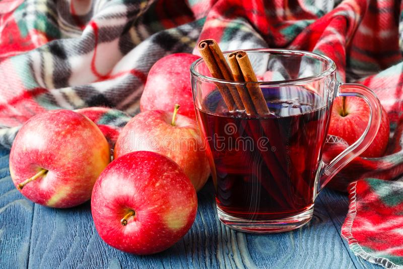 Plaid accogliente nel giorno dell'autunno con il vin brulé caldo della bevanda alcolica immagini stock