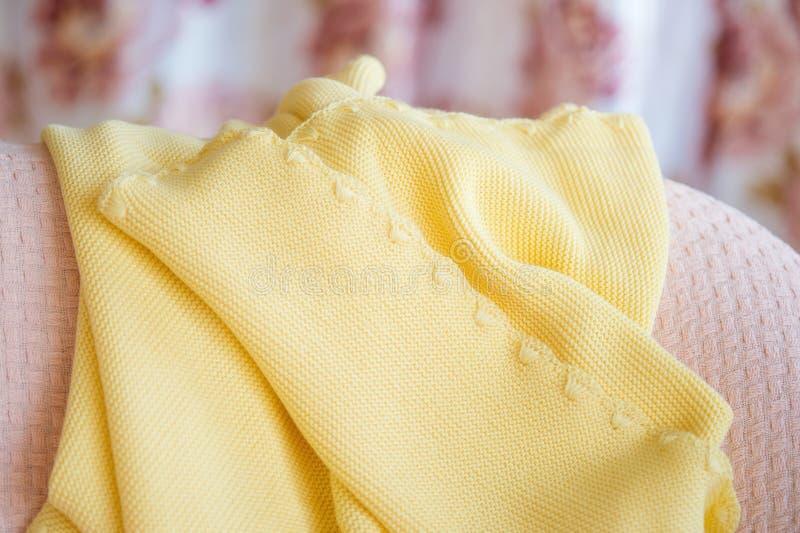 Plaid tricottato giallo sistemato con pizzo i immagini stock libere da diritti