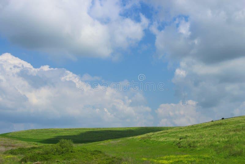 Plaine accidentée au printemps photographie stock libre de droits