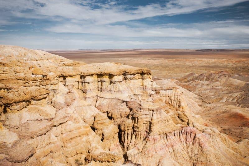 Plaine flamboyante de la Mongolie de désert de Gobi de falaises de Bayanzag photographie stock libre de droits