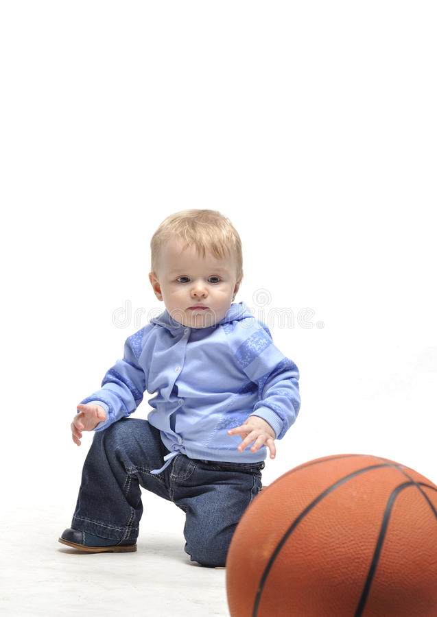 小男孩�yg����XG�����_plaing与篮球球的小男孩在工作室. 婴儿, 比赛.