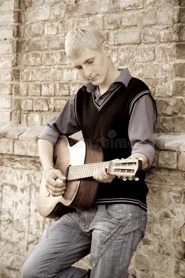 plaing吉他的人 库存照片
