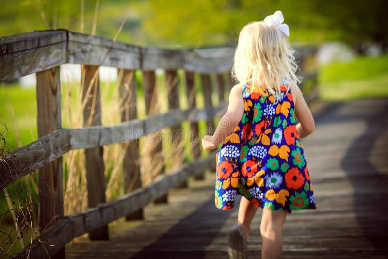 plaing白肤金发的女孩外面 免版税库存照片