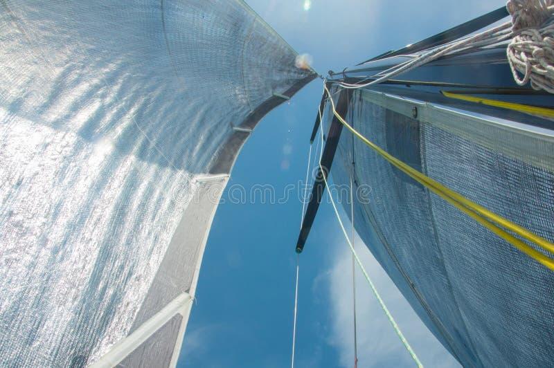 Plaisance, naviguant, concurrence, croisière, régate, liberté, concept d'aventure Fermez-vous du mât de yacht et de la voile arge photos stock