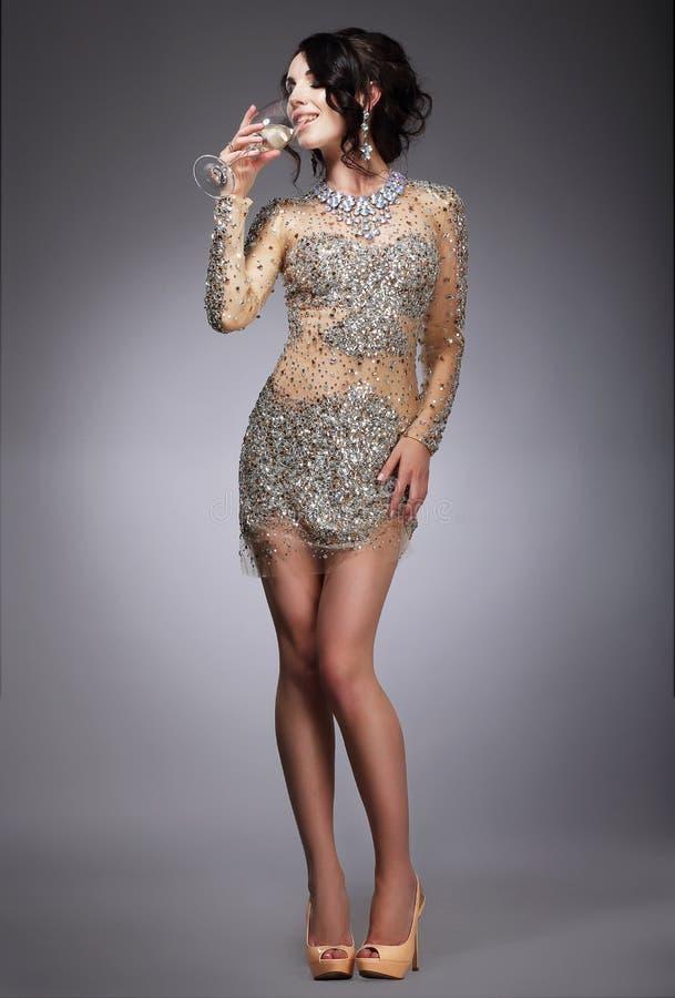 Plaisir. Femme respectable dans la robe de soirée buvant Champagne photos libres de droits