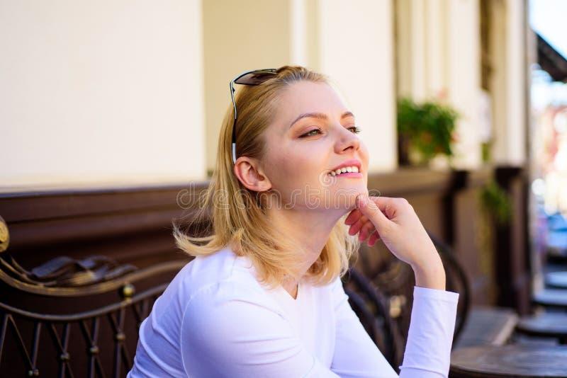 Plaisir sur son esprit Visage de sourire rêveur blond de femme dehors, établissant le fond defocused Ce qui font le rêve de fille photo libre de droits