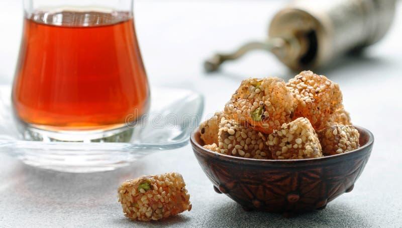 Plaisir turc traditionnel Lokum Bonbons orientaux avec le sésame et les pistaches photo libre de droits