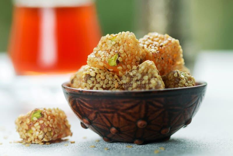 Plaisir turc traditionnel Lokum Bonbons orientaux avec le sésame et les pistaches images libres de droits