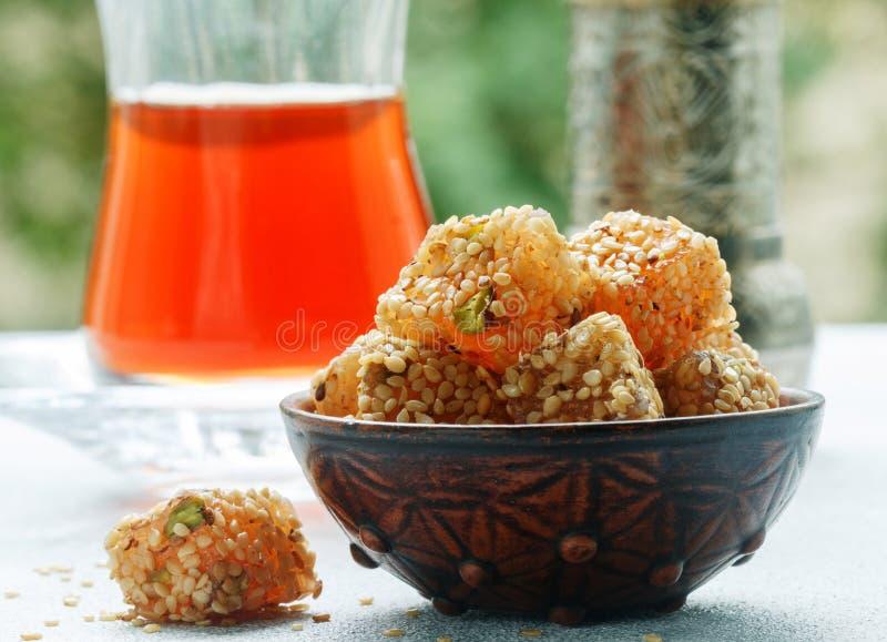Plaisir turc traditionnel Lokum Bonbons orientaux avec le sésame et les pistaches photographie stock libre de droits