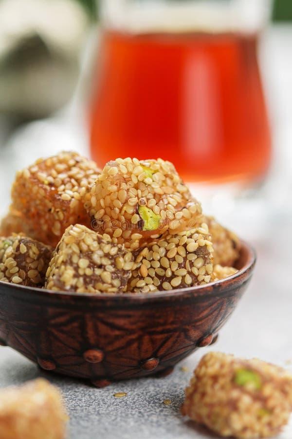 Plaisir turc traditionnel Lokum Bonbons orientaux avec le sésame et les pistaches photo stock