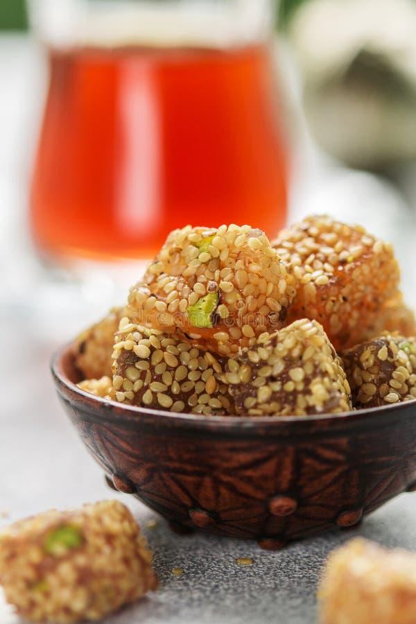 Plaisir turc traditionnel Lokum Bonbons orientaux avec le sésame et les pistaches image stock