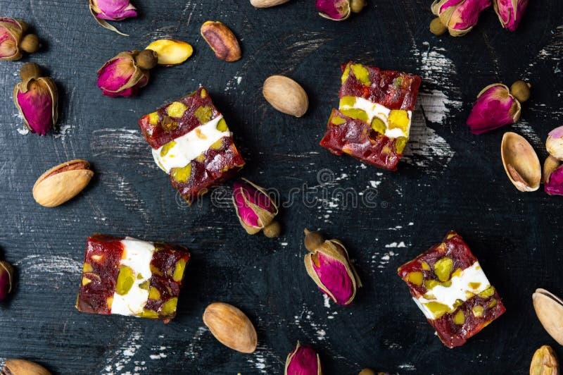 Plaisirs turcs avec les pistaches et la fleur rose photo stock