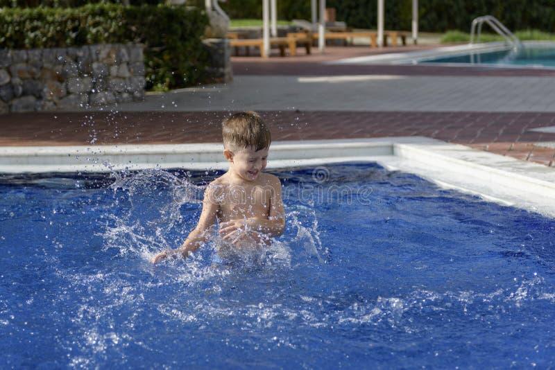Plaiyng del muchacho en piscina imágenes de archivo libres de regalías