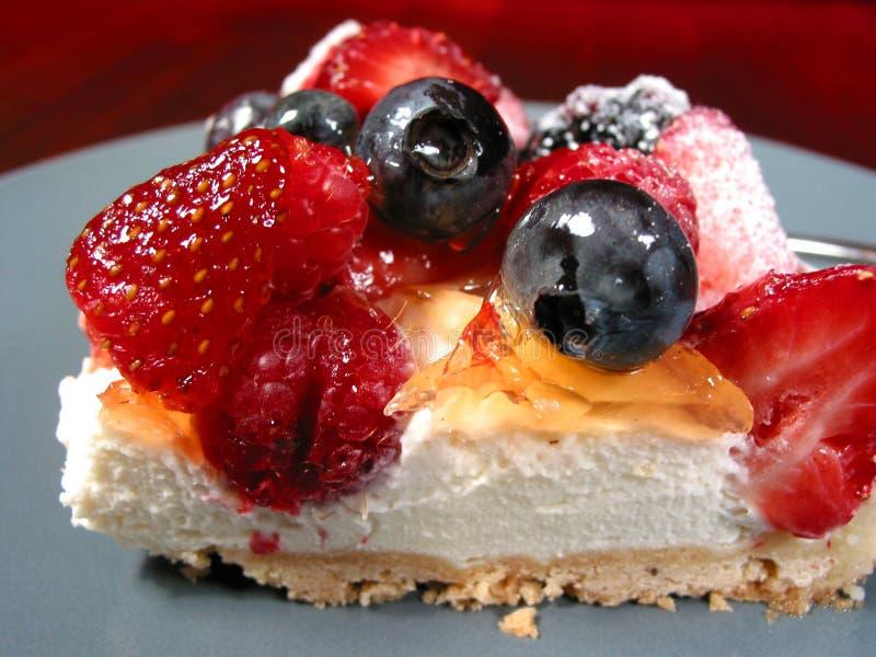 Plak van bessencake op een plaat stock fotografie