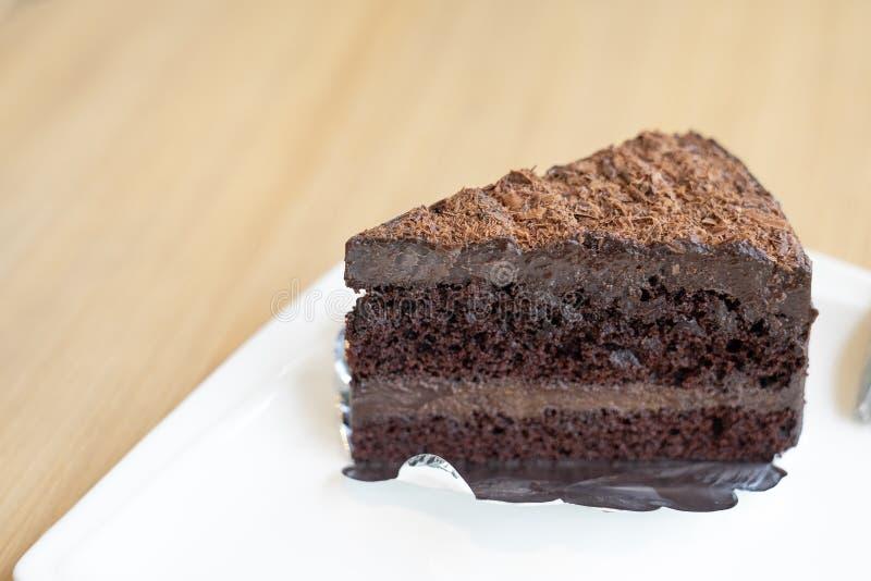 Plak van chocoladecake, de zachte toffee van de laagchocolade op witte plaat, w stock foto's
