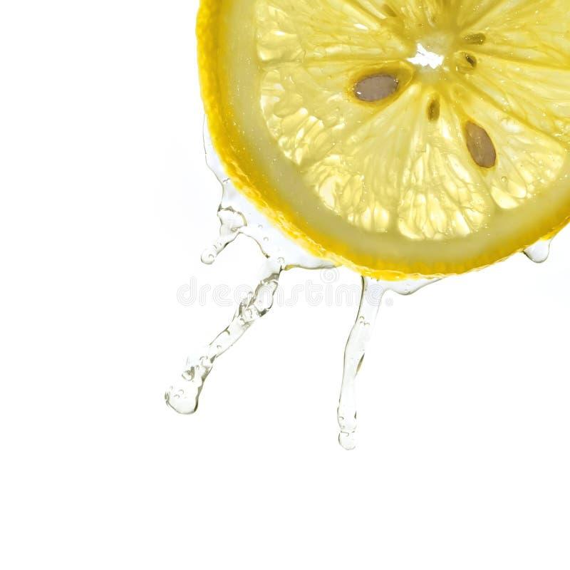Plak van citroen in waterplons stock foto's