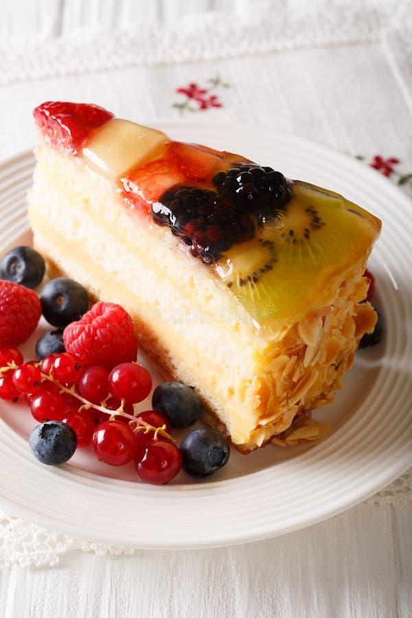 Plak van de cakeclose-up van de fruitbes op een plaat verticaal stock afbeelding