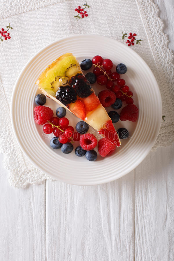 Plak van de cakeclose-up van de fruitgelei op een plaat Verticale hoogste mening stock afbeeldingen