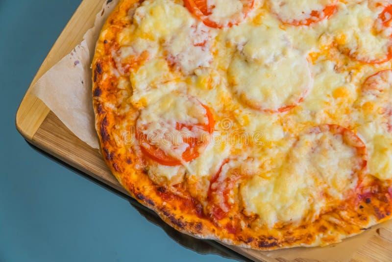 Plak van de hete lunch van de pizza grote kaas of van het de zeevruchtenvlees van de dinerkorst het bovenste laagjesaus met heerl stock foto