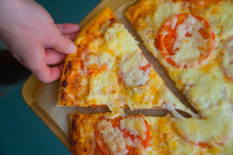 Plak van de hete lunch van de pizza grote kaas of van het de zeevruchtenvlees van de dinerkorst het bovenste laagjesaus met heerl royalty-vrije stock fotografie