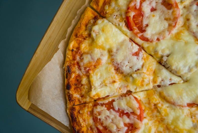 Plak van de hete lunch van de pizza grote kaas of van het de zeevruchtenvlees van de dinerkorst het bovenste laagjesaus met heerl royalty-vrije stock foto's