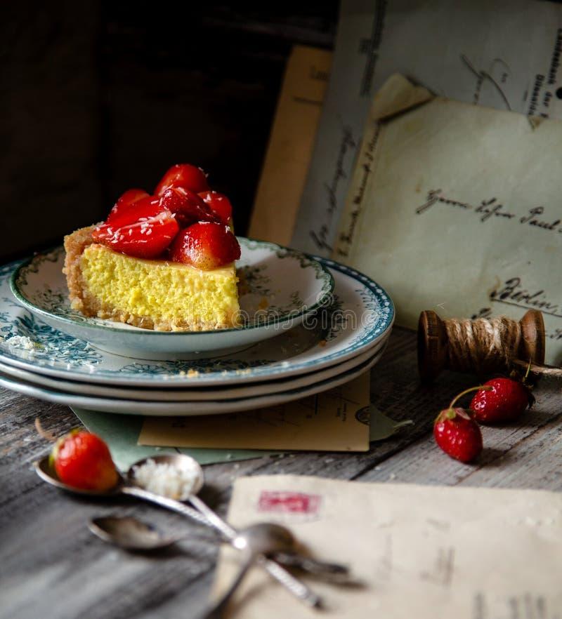 Plak van eigengemaakte heerlijke scherpe aardbei of pastei met zoete verglaasde bessen op bovenkant royalty-vrije stock afbeeldingen