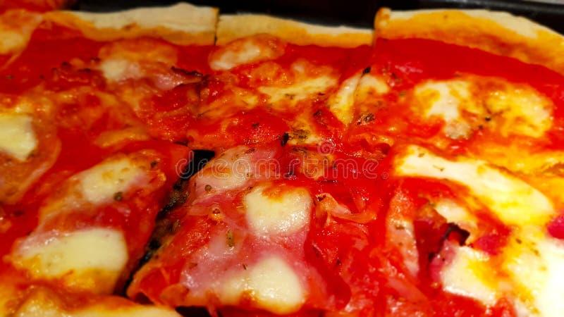 Plak van eigengemaakte pizza, typisch van Italiaanse keuken royalty-vrije stock fotografie