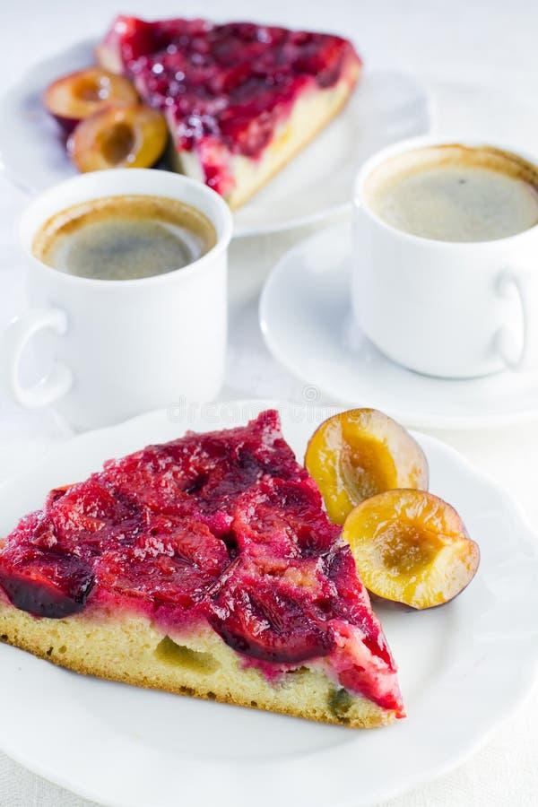 Plak van eigengemaakte pruimcake op plaat royalty-vrije stock afbeeldingen