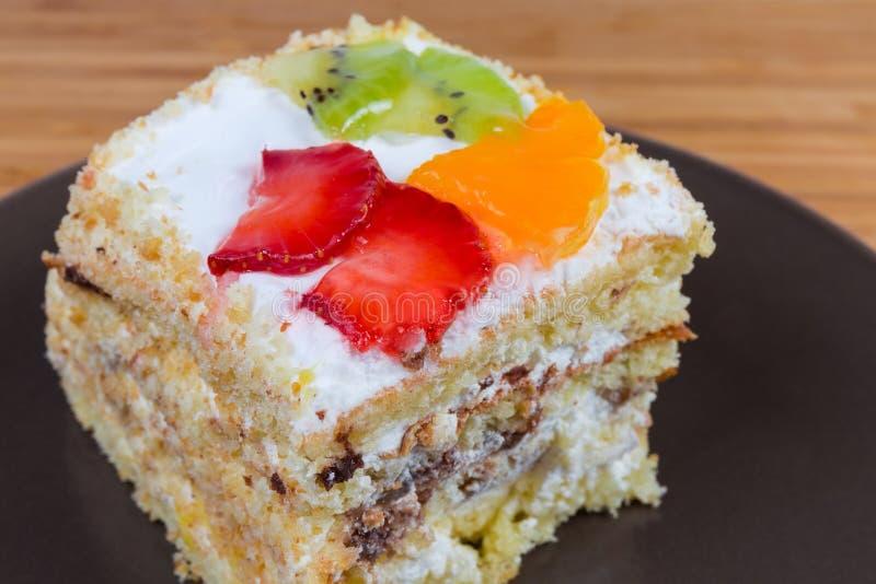 Plak van gelaagd biscuitgebak met vruchten decoratieclose-up royalty-vrije stock foto's