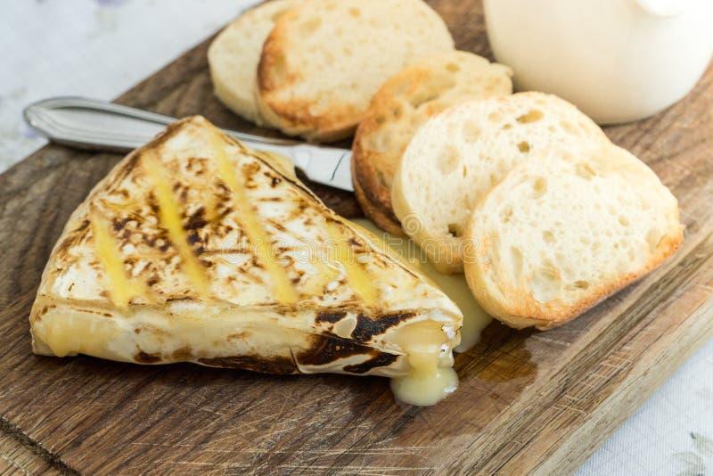 Plak van geroosterde camembert met geroosterde baguettes royalty-vrije stock foto's