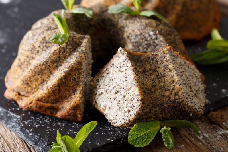 Plak van heerlijke bundtcake met papaver en muntclose-up Horiz stock afbeelding