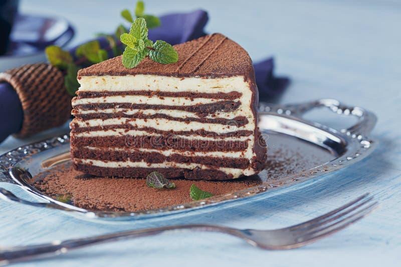 Plak van heerlijke chocoladecake op verzilverd tafelgerei royalty-vrije stock afbeeldingen