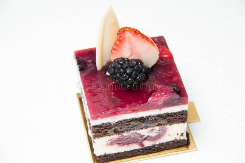 Plak van heerlijke zwarte bosdiecake, met bes wordt versierd stock afbeelding