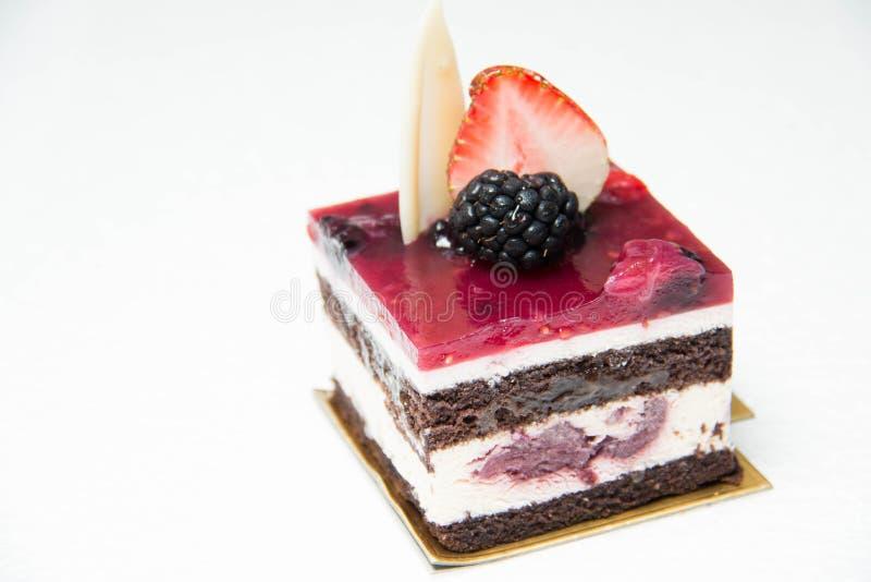 Plak van heerlijke zwarte bosdiecake, met bes wordt versierd stock afbeeldingen
