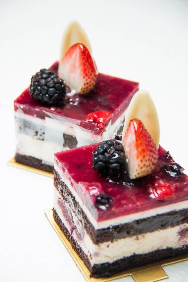 Plak van heerlijke zwarte bosdiecake, met bes wordt versierd royalty-vrije stock foto