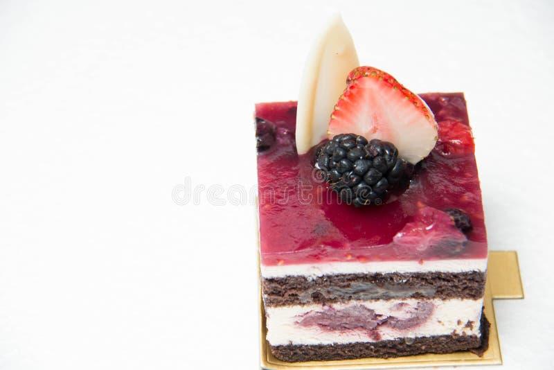 Plak van heerlijke zwarte bosdiecake, met bes wordt versierd royalty-vrije stock fotografie