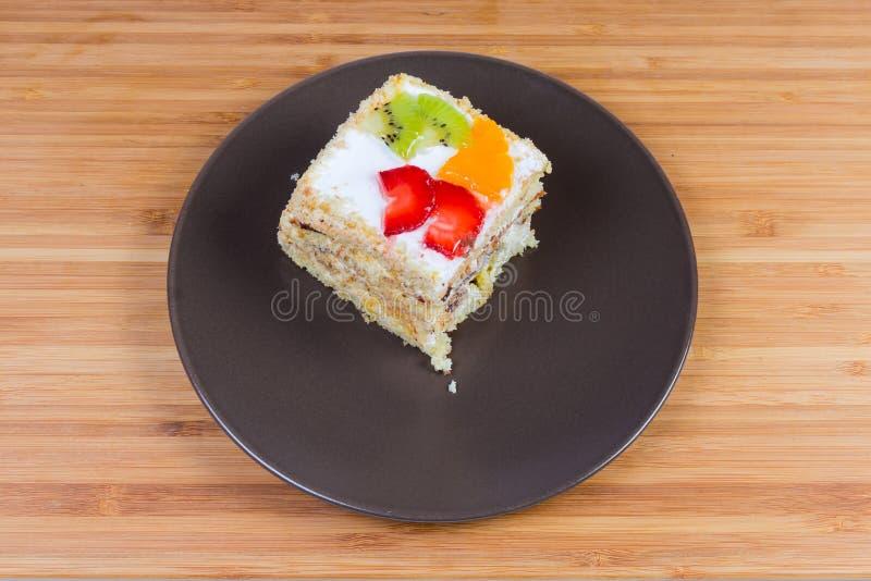 Plak van het gelaagde biscuitgebak met vruchten decoratie royalty-vrije stock foto's