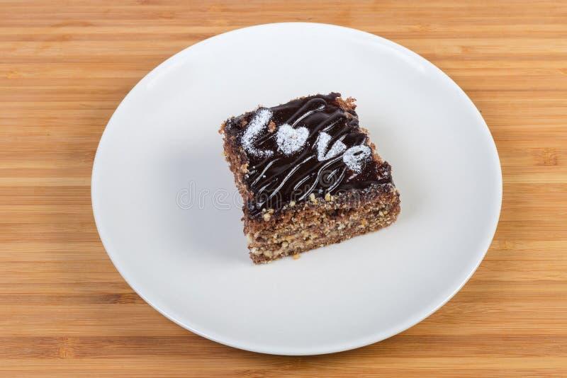 Plak van het gelaagde chocoladebiscuitgebak op witte schotel royalty-vrije stock foto's
