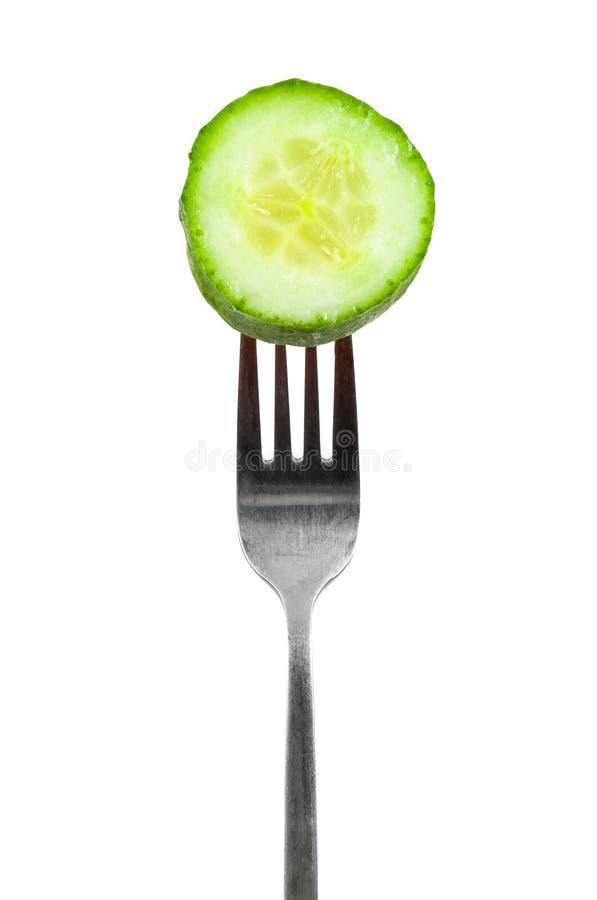 Plak van komkommer op een vork royalty-vrije stock afbeelding