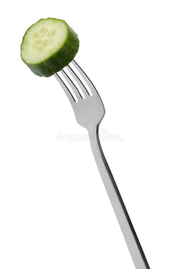 Plak van komkommer op vork royalty-vrije stock afbeeldingen