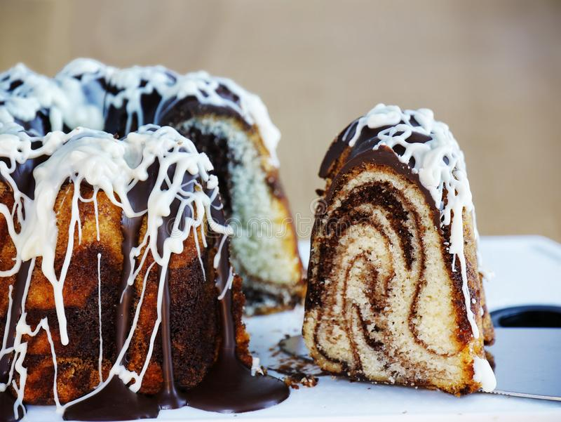 Plak van marmerringscake over cakeserver stock foto