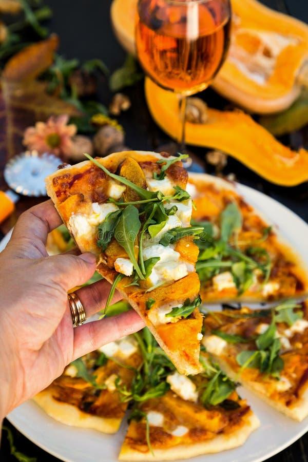 Plak van pizza met pompoen en feta royalty-vrije stock afbeelding