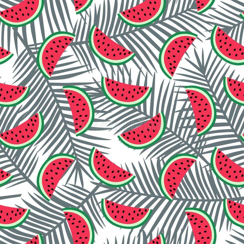 Plak van rode watermeloen op een grijs palmbladenpatroon als achtergrond stock fotografie