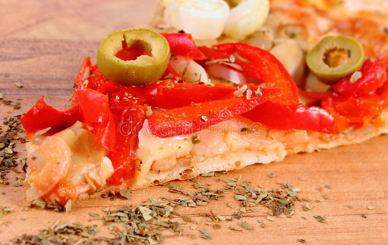 Plak van vegetarisch pizza en kruiden op houten oppervlakte royalty-vrije stock foto