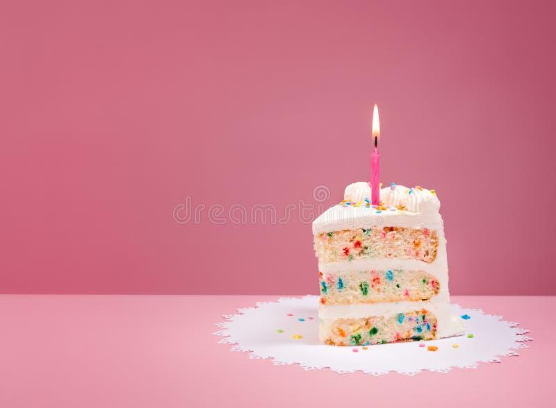 Plak van Verjaardagscake met Kaars op Roze stock afbeeldingen