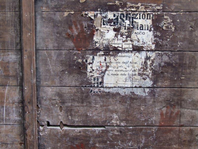 Plakat bleibt auf hölzerner Oberfläche stockfotos
