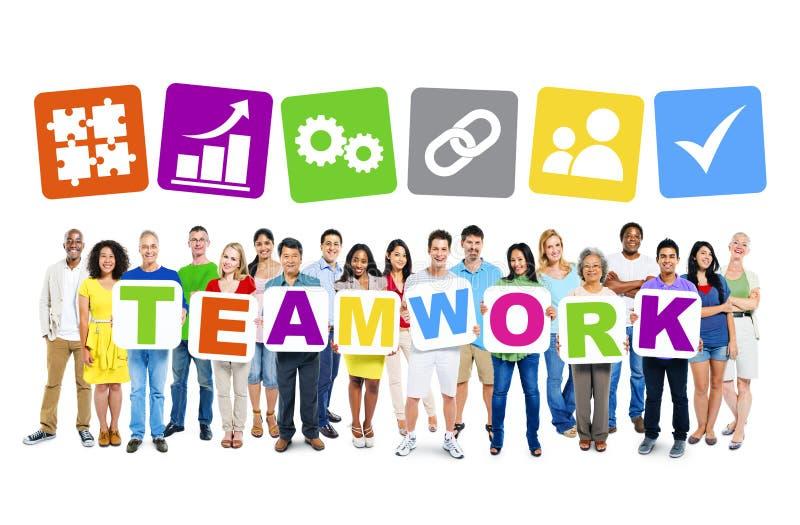 Plakat för teamwork för Mång--person som tillhör en etnisk minoritet grupp människor hållande royaltyfri foto