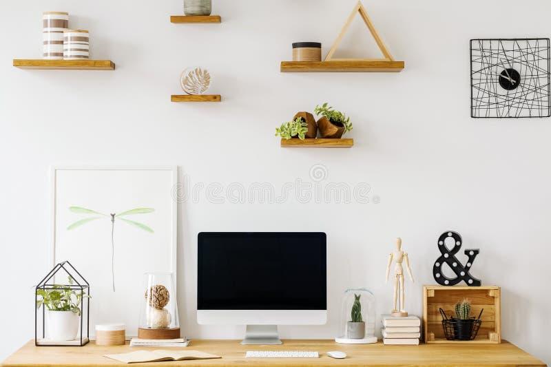 Plakat i komputer stacjonarny na drewnianym biurku w białym ministerstwie spraw wewnętrznych zdjęcia royalty free