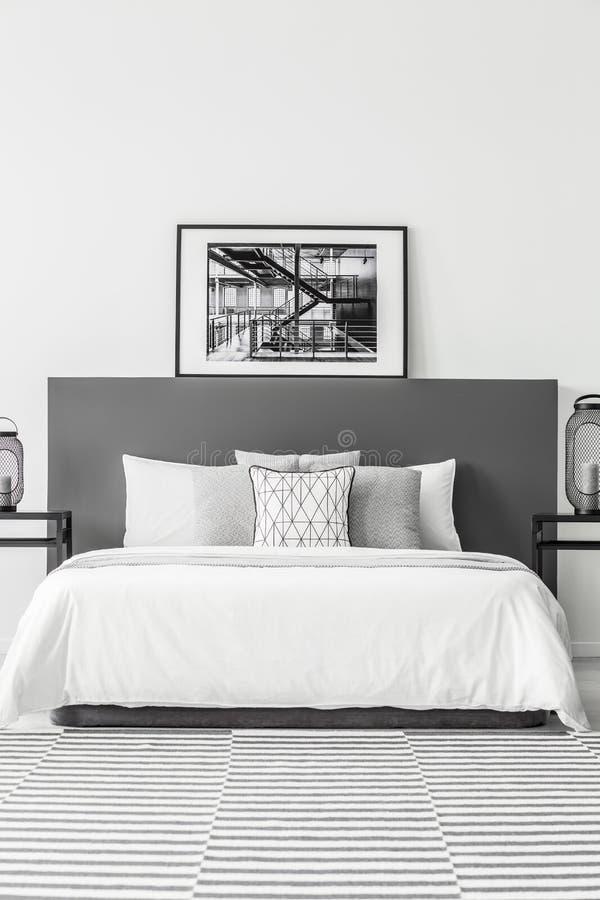 Plakat im minimalen Hotelschlafzimmer stockbild