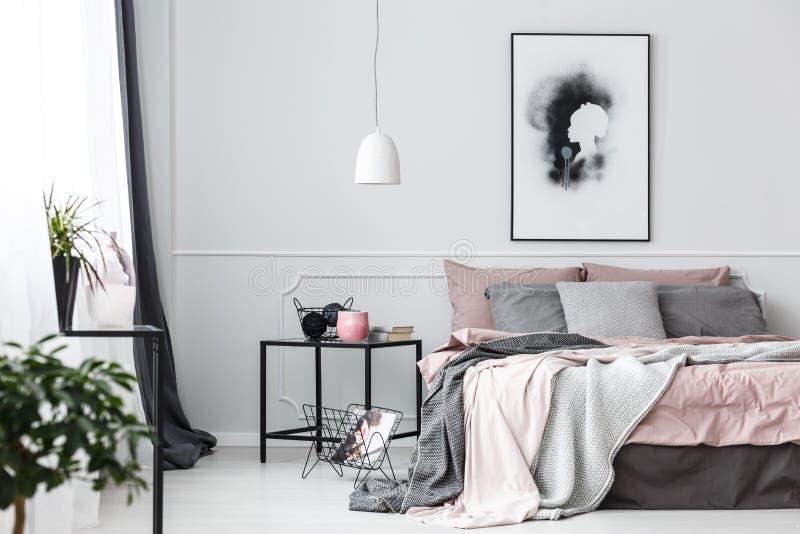 Plakat im rosa Schlafzimmerinnenraum stockbilder